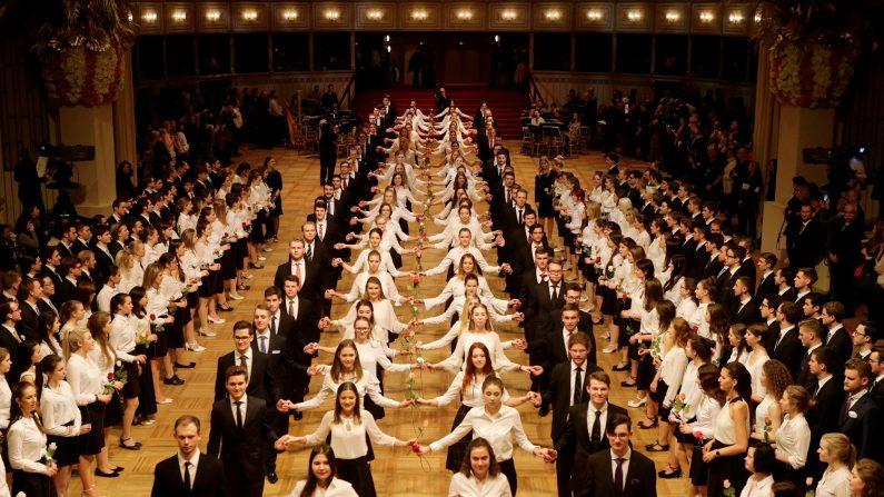 ウィーンのオペラ座、恒例の舞踏会控え念入りにリハーサル