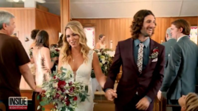 新婚カップルが披露宴のビデオで...