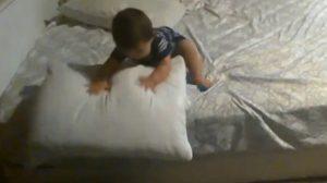賢い赤ちゃん、ベッドからの降り方にびっくり!