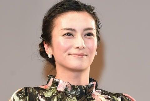 今週のファッションチェック:柴咲コウ、木村佳乃、松嶋菜々子が華やかに 綾瀬はるかはデニムで 美肌見せの朝比奈彩も 前編