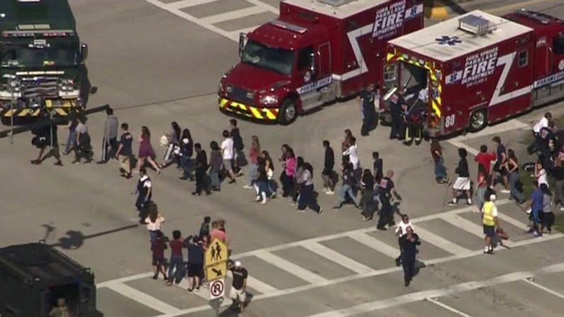 米高校で銃撃、14人搬送