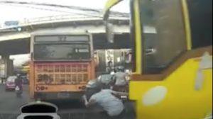 衝撃的な映像!猛スピードで車線変更するバスとバイクが接触