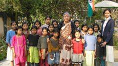 愛娘を失った後、800人以上の女児を育てた女性
