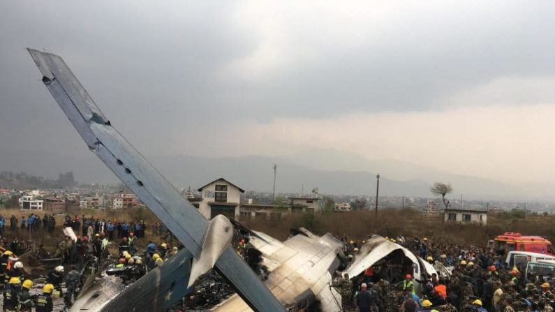 旅客機着陸失敗で49人死亡 ネパール首都、大破炎上