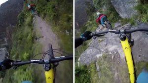 崖淵の細い道を走るマウンテンバイク