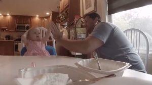 聞こえない娘に手話で童謡を教えるパパ