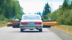 ちょっと危険? 乗用車で長い木材を運ぶ