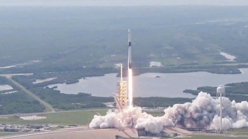 スペースX「ファルコン9」改良型ロケット、商業打ち上げ成功