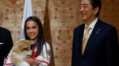 ザギトワ選手に秋田犬「マサル」贈呈、安倍首相夫妻も立会い