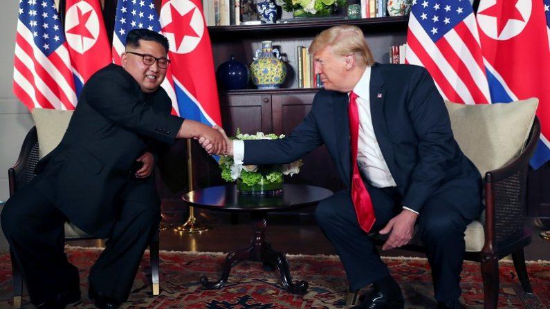 米朝首脳、初会談で「非核化」に合意 見通し不透明との声も