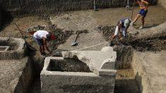 セルビアの古代ローマ都市で無傷の石棺発見、遺骨と装飾品も