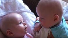 【双子の神秘】言葉以上の何かで会話する双子の赤ちゃん