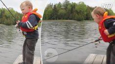 【子育て】かわいい❤️ 釣った魚にさわるのをこわがる男の子