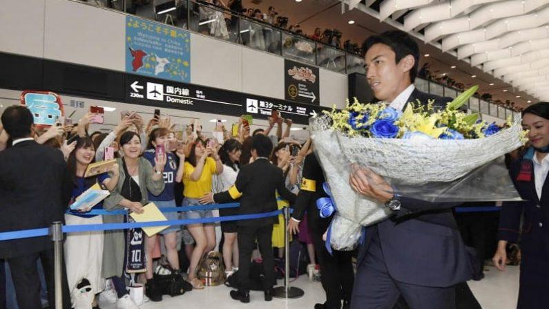 サッカーW杯日本代表が帰国 2大会ぶり16強入り