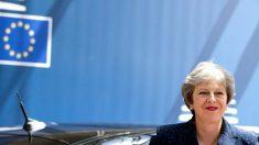 英で対EU強硬派の2閣僚が辞任、メイ政権に痛手 首相は続投へ