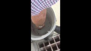 【暮らし】下水溝に落ちたケータイ 強力掃除機で吸引