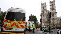 英国会議事堂前で車が突っ込み2人負傷、男1人を逮捕