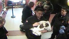 【はやく助けてあげて】女さん のどを詰まらせた子犬を警察署に持ち込む