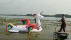 【警察も苦笑】ユニコーンの浮き輪に乗った女性 湖中央で立ち往生