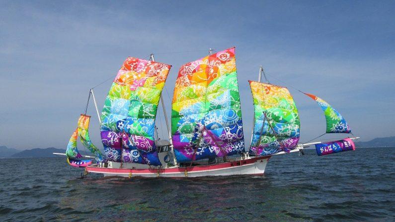 【熊本】不知火海の伝統的『うたせ船』が虹色の帆に 地元小学生のデザイン