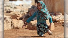 【シリア難民】両足を失い空き缶をはめて歩いていた少女 その写真が‥‥