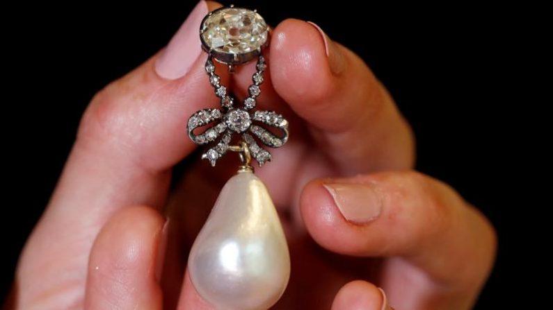 マリー・アントワネットの真珠のペンダント、41億円で落札