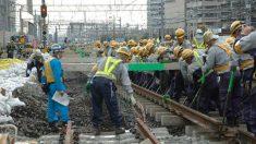 人海戦術で線路切り替え JR川崎駅で東海道線ホーム拡幅