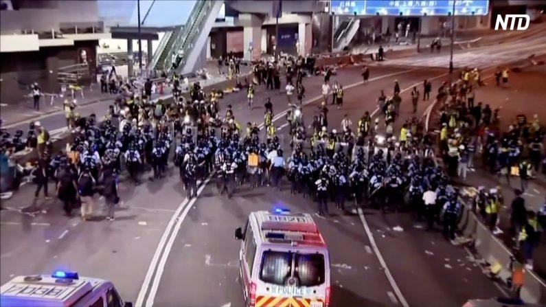 【動画ニュース】立法会を占拠したデモ隊を強制排除